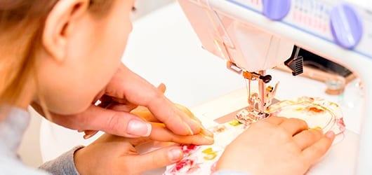 Pige-der-syr-på-symaskine2